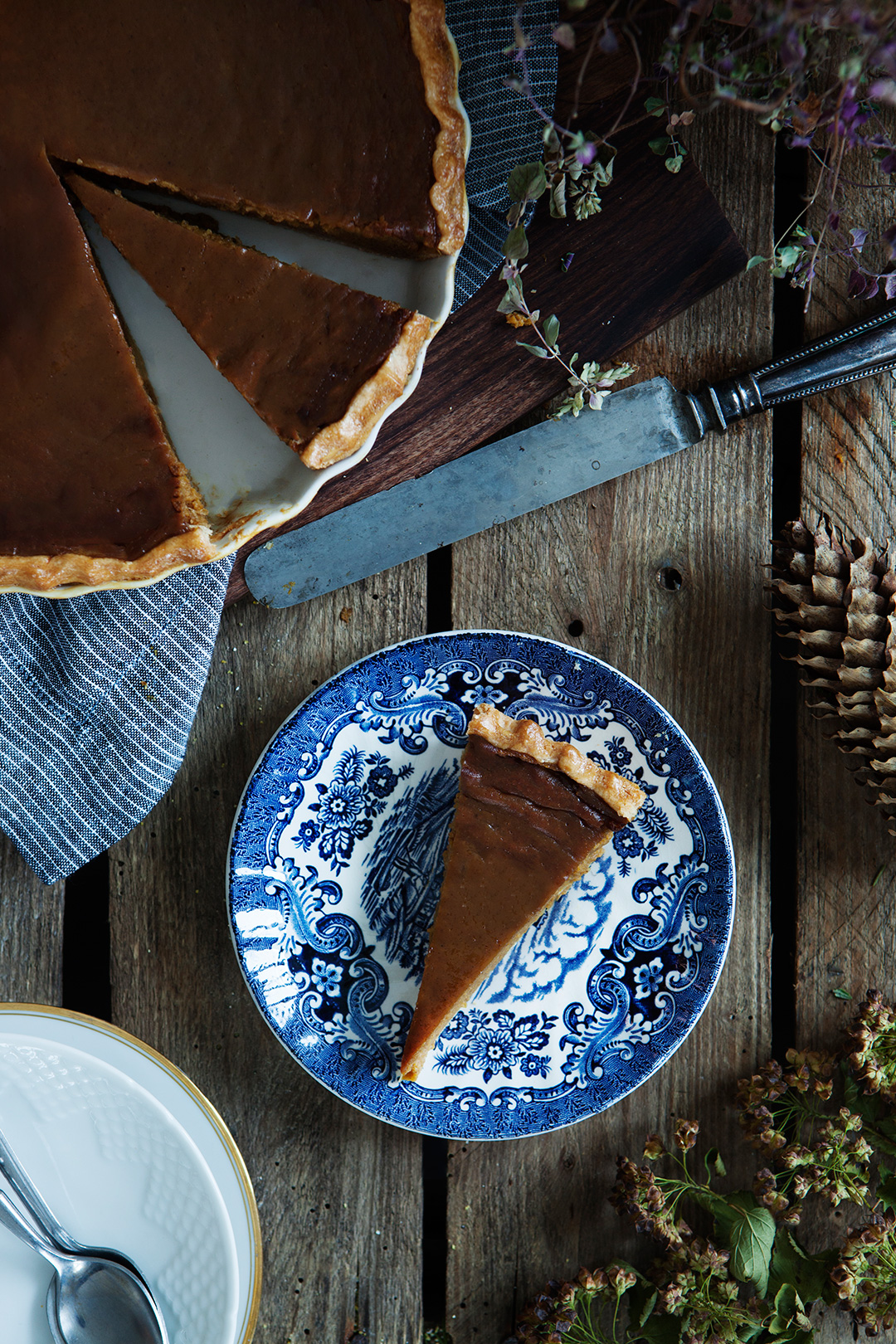 Classic Pumpkin Pie Recipe. #modernwifestyle #foodphotography